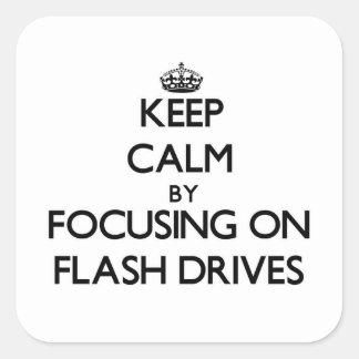 Guarde la calma centrándose en memorias USB Calcomanía Cuadradas