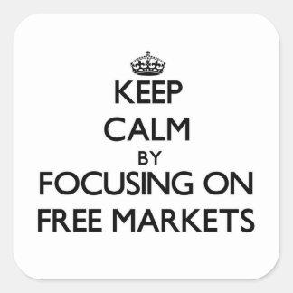 Guarde la calma centrándose en mercados libres pegatina cuadrada