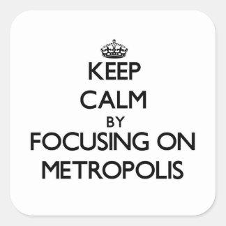 Guarde la calma centrándose en metrópoli pegatina cuadrada