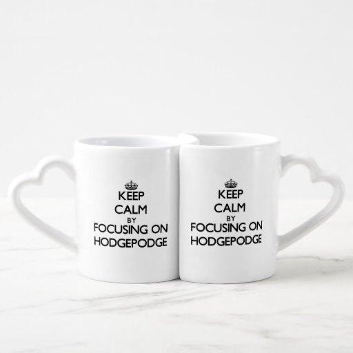 Guarde la calma centrándose en mezcolanza tazas para parejas