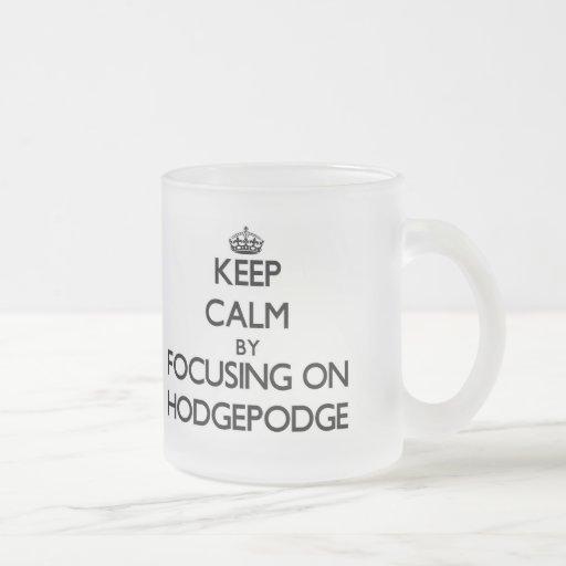 Guarde la calma centrándose en mezcolanza tazas de café
