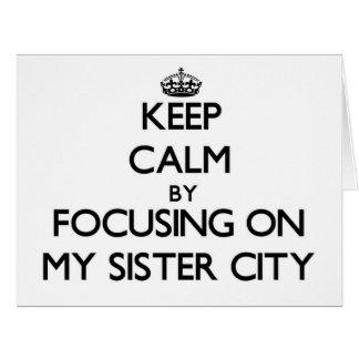 Guarde la calma centrándose en mi ciudad hermana tarjeta de felicitación grande