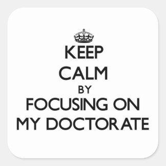 Guarde la calma centrándose en mi doctorado calcomanía cuadrada personalizada