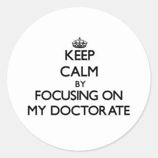 Guarde la calma centrándose en mi doctorado etiquetas redondas