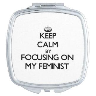 Guarde la calma centrándose en mi feminista espejo de viaje