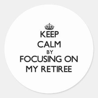 Guarde la calma centrándose en mi jubilado etiqueta redonda