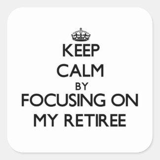 Guarde la calma centrándose en mi jubilado calcomanias cuadradas