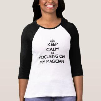 Guarde la calma centrándose en mi mago camiseta