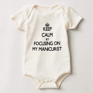 Guarde la calma centrándose en mi manicuro traje de bebé