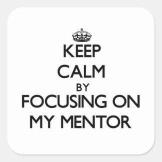 Guarde la calma centrándose en mi mentor calcomania cuadradas personalizada
