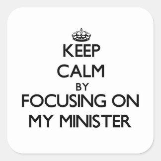 Guarde la calma centrándose en mi ministro calcomanías cuadradas personalizadas