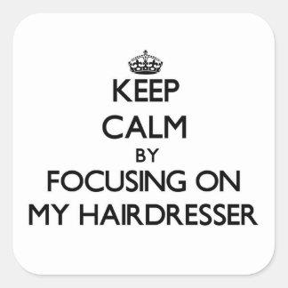 Guarde la calma centrándose en mi peluquero calcomanías cuadradases