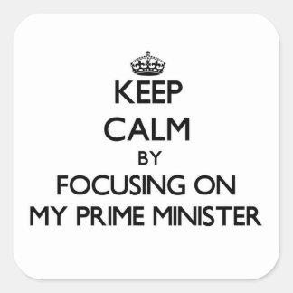 Guarde la calma centrándose en mi primer ministro calcomanía cuadradas