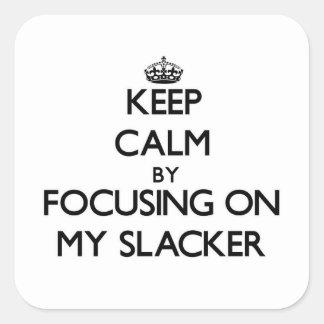 Guarde la calma centrándose en mi Slacker Calcomanías Cuadradass