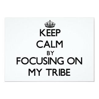 Guarde la calma centrándose en mi tribu invitación 12,7 x 17,8 cm