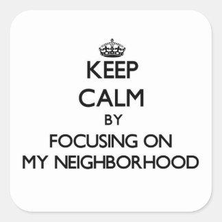 Guarde la calma centrándose en mi vecindad calcomania cuadrada personalizada