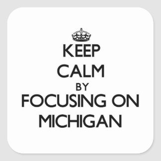 Guarde la calma centrándose en Michigan Pegatina Cuadrada