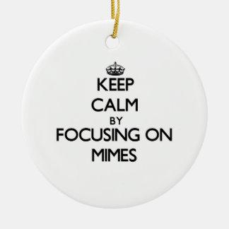 Guarde la calma centrándose en Mimes Adorno De Navidad