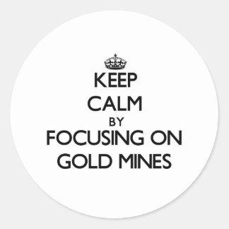 Guarde la calma centrándose en minas de oro etiqueta redonda