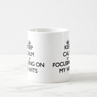 Guarde la calma centrándose en mis ingenios taza básica blanca