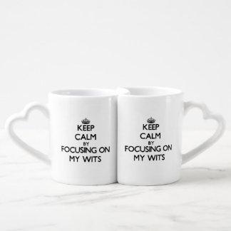 Guarde la calma centrándose en mis ingenios taza para parejas