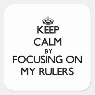 Guarde la calma centrándose en mis reglas pegatina cuadradas personalizadas