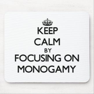 Guarde la calma centrándose en monogamia tapete de ratón