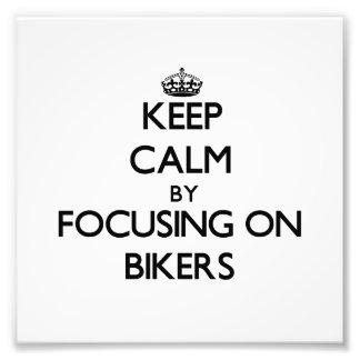 Guarde la calma centrándose en motoristas fotografías
