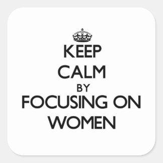 Guarde la calma centrándose en mujeres pegatina cuadrada