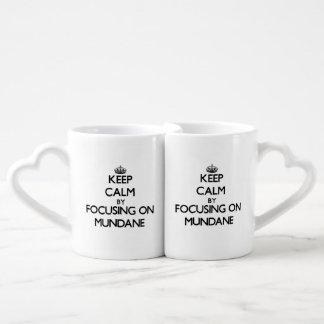 Guarde la calma centrándose en mundano tazas para parejas