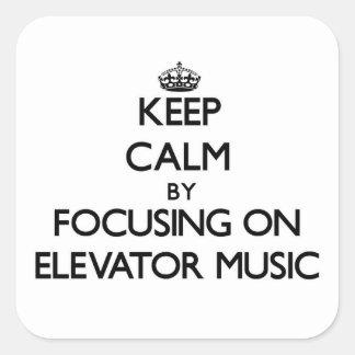 Guarde la calma centrándose en música del elevador calcomania cuadrada personalizada