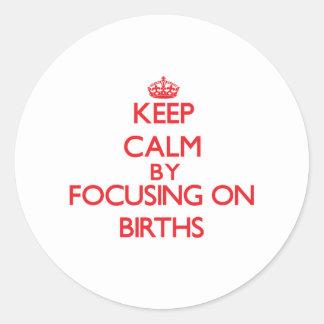 Guarde la calma centrándose en nacimientos pegatina redonda