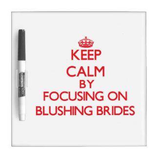 Guarde la calma centrándose en novias de pizarra blanca