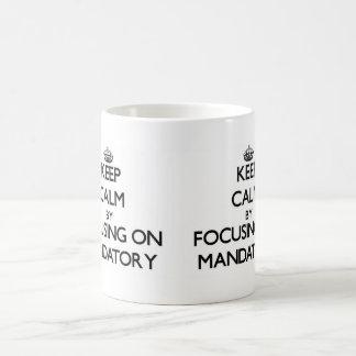 Guarde la calma centrándose en obligatorio taza básica blanca