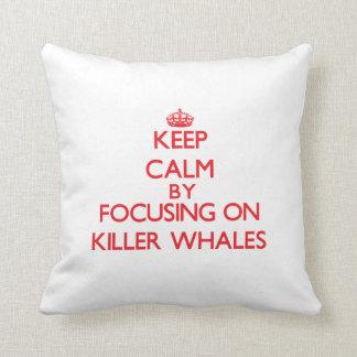 Guarde la calma centrándose en orcas cojín