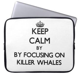 Guarde la calma centrándose en orcas manga computadora