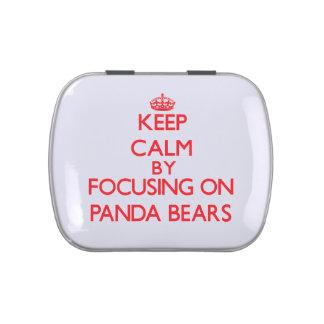 Guarde la calma centrándose en osos de panda jarrones de caramelos