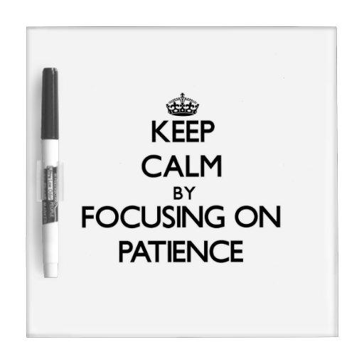 Guarde la calma centrándose en paciencia pizarra blanca