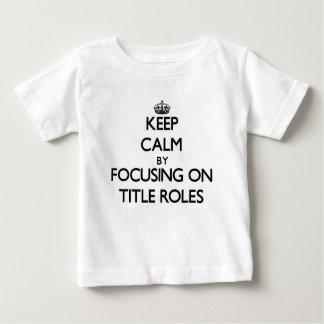 Guarde la calma centrándose en papeles tee shirt