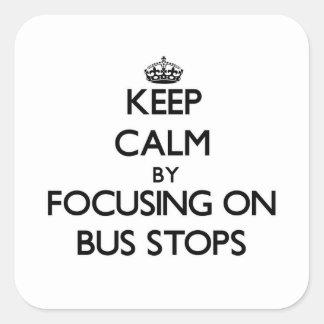 Guarde la calma centrándose en paradas de autobús pegatina cuadrada