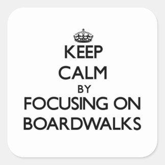 Guarde la calma centrándose en paseos marítimos calcomania cuadradas personalizada