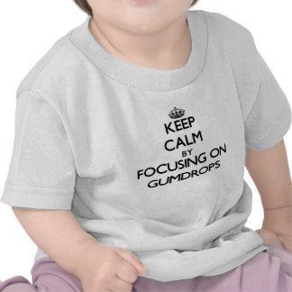 Guarde la calma centrándose en pastillas de goma camiseta
