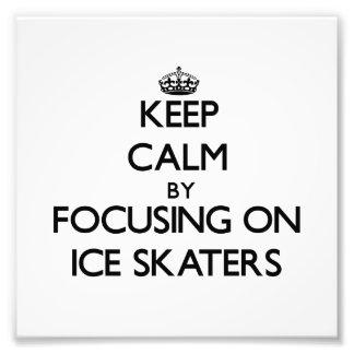 Guarde la calma centrándose en patinadores de hiel arte con fotos