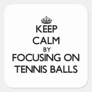 Guarde la calma centrándose en pelotas de tenis pegatina cuadrada