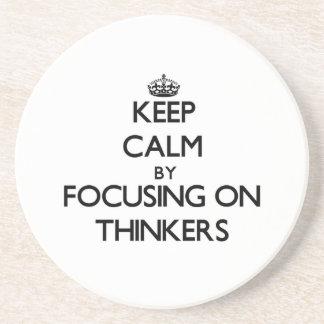 Guarde la calma centrándose en pensadores