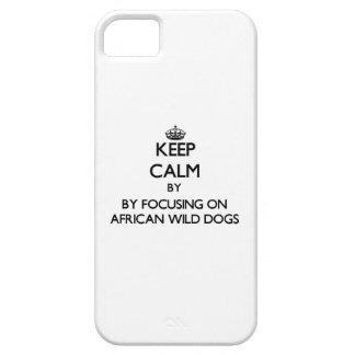 Guarde la calma centrándose en perros salvajes funda para iPhone 5 barely there