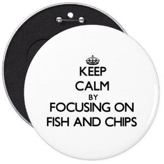 Guarde la calma centrándose en pescado frito con p pin