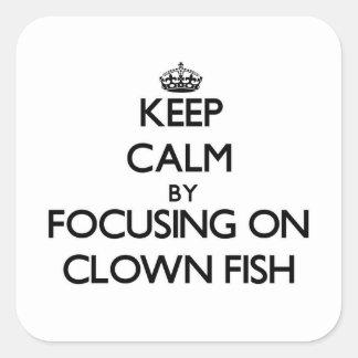 Guarde la calma centrándose en pescados del payaso pegatina cuadrada