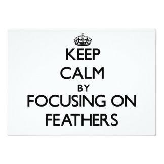 Guarde la calma centrándose en plumas invitaciones personalizada