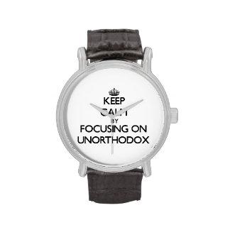 Guarde la calma centrándose en poco ortodoxo reloj de mano